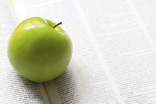 Free Green Apple On A Book Stock Image - 32422301