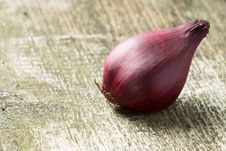 Free Red Onion At  Wood Board Royalty Free Stock Photography - 32427007