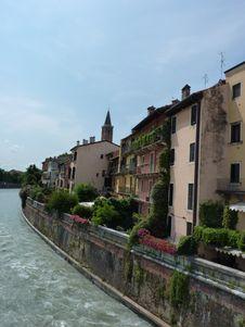 Free Houses , Peschiera Del Garda Royalty Free Stock Images - 32455499