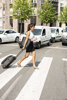 Free Business Woman Crossing The Street With Luggage. Royalty Free Stock Photos - 32479388