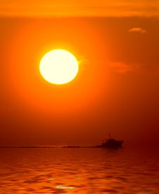 Free Sunset And Boat In The Sea Royalty Free Stock Photography - 3259927