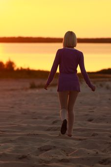 Free The Girl Walking In The Sunset Stock Images - 32500834