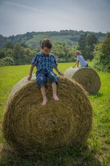 Free Boys On Round Hay Bales Royalty Free Stock Photos - 32549858