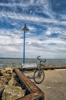 Free Bicycle On A Quay Royalty Free Stock Images - 32605959