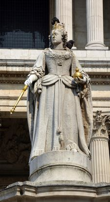 Free Statue Of Queen Anne Outside St. Paul S Cathedral, London. Royalty Free Stock Images - 32631539