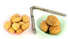 Free Almonds And Walnuts Royalty Free Stock Images - 32643579