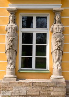 Free Window With Sculptures Royalty Free Stock Image - 32648046