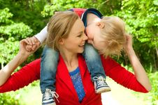 Free Sitting Ons Mommys Neck Royalty Free Stock Photo - 32713215