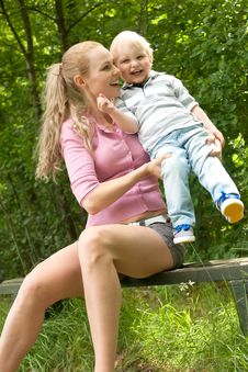 Free Smiling Child And His Mother Royalty Free Stock Images - 32713279