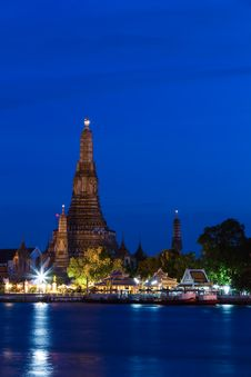 Free Wat Arun At Dusk Royalty Free Stock Image - 32748306