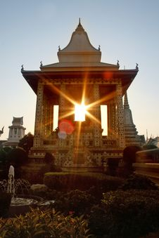 Free Sunset At Wat Arun Royalty Free Stock Photos - 3285778