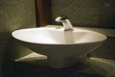 Free White Wash Basin With Tap And Lighting Stock Photography - 32807532