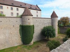 Free A View On A Ivy-covered Castle Wall Royalty Free Stock Photo - 32837175