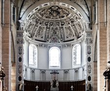 Free The St. Peter Cathedral Royalty Free Stock Photo - 32882565
