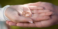 Wedding Rings In Their Hands Royalty Free Stock Photos