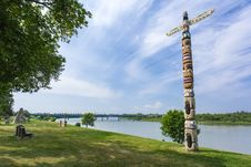 Free Totem Pole Along River Royalty Free Stock Image - 32985026