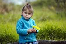 Free Little Girl Holds Yellow Flowers Stock Photos - 32999003