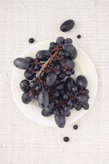 Free Black Grapes On A White Plate Stock Images - 33006514