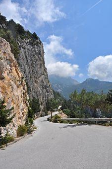 Free Narrow Mountain Road Stock Photo - 33015850
