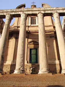 Free An Ancient Roman Temple Royalty Free Stock Images - 33032209