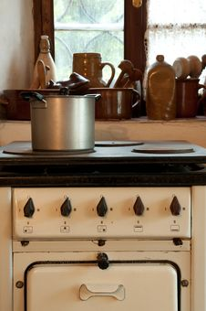 Free Vintage Cooker In Kitchen Stock Image - 33059211