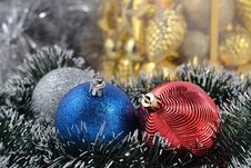 Free Christmas Balls And Garland Royalty Free Stock Images - 33099419