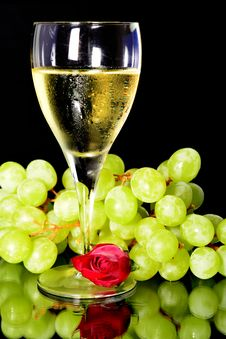 Free Wine Glass And Green Grapes Royalty Free Stock Image - 33101936