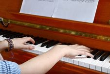 Free Pianist Hands Stock Photo - 33107880