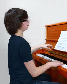 Free Young Pianist Royalty Free Stock Photo - 33112435