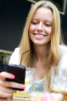 Free Pretty Young Girl Chatting With Smartphone Royalty Free Stock Photos - 33133618