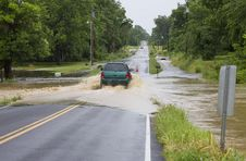 Free An SUV Driving On Flooded Road Royalty Free Stock Image - 33139586