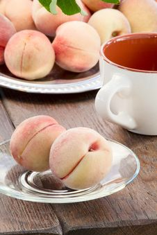 Free Ripe Peaches Royalty Free Stock Photography - 33146437