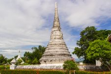 Free White Pagoda In Cloudy Sky Royalty Free Stock Photos - 33162818