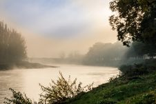 Free Fog In Autumn On The River Royalty Free Stock Images - 33171239