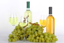 Free Glasses Of White Wine And Grapes Royalty Free Stock Photo - 33199625