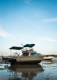 Free Motor Boat With Low Tide Royalty Free Stock Images - 33202369