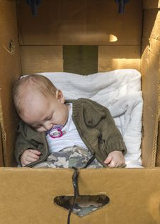 Free Baby In Box Stock Images - 33226254