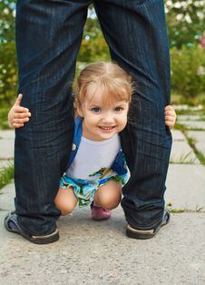 Free Little Girl Holding The Feet Of Parents Stock Photos - 33333753