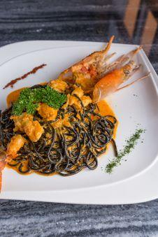 Free Grilled River Prawn Black Spaghetti Royalty Free Stock Images - 33342679