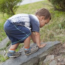 Free Toddler Child Climbing Stock Photography - 33357662