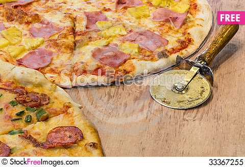 Free Delicious Pizza Hawaii Royalty Free Stock Photo - 33367255