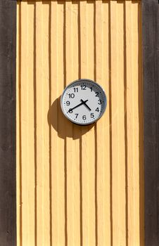 Free Clock On The Wooden Wall Royalty Free Stock Photography - 33366367