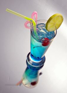 Free Blue Cocktail With Ice And Lime Stock Images - 33419394