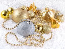 Free Christmas Balls And Garland Royalty Free Stock Photos - 33476948