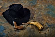 Free Antique Pistol And Powder Horn With Cowboy Hat On Slate Stock Images - 33479314