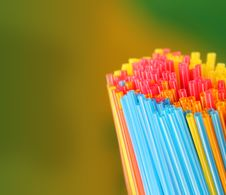 Free Green, Yellow, Blue, Pink & Red Colored Straws Group Royalty Free Stock Photography - 33480367