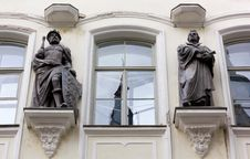 Free Bronze Statues On The Facade Of A Palace Stock Image - 33509021
