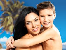 Free Happy Smiling Mother Hugs Son At Tropical Beach Royalty Free Stock Photos - 33569798