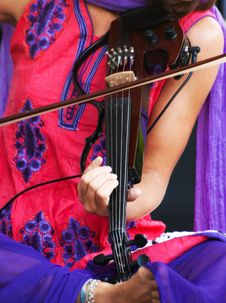Free Hands Of A Musician Playing The Electric Violin Royalty Free Stock Photo - 33592505