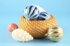 Free Christmas Balls In A Basket Royalty Free Stock Images - 3380469